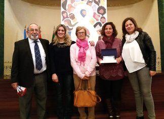 Presidenta de la Asociación de Mujeres de Torremayor con el alcalde, Manuel Estribio y las agentes de Igualdad de la Mancomunidad Vegas Bajas
