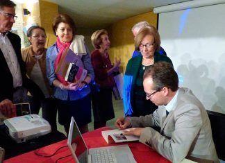 """Alfonso Pinilla firmando ejemplares de su libro """"La legalización del PCE. La historia no contada"""""""