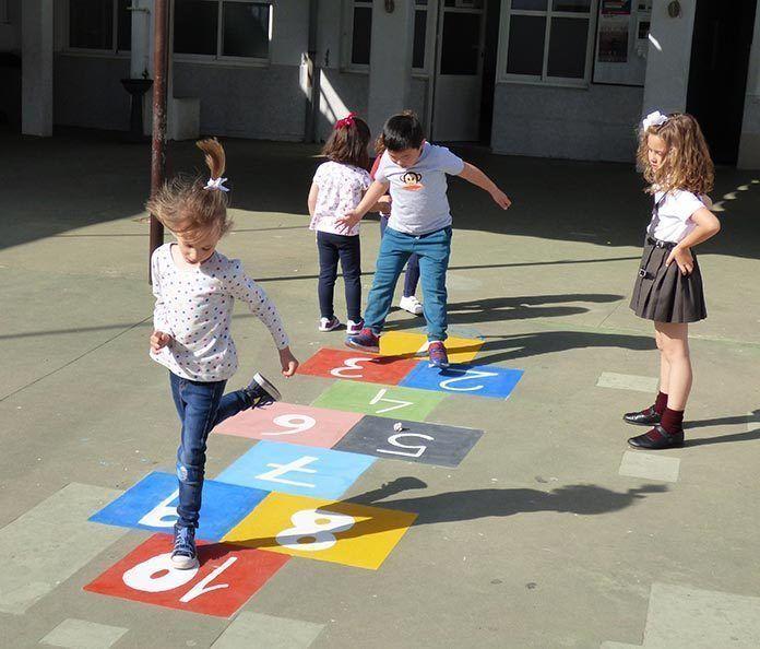 Juegos tradicionales en el recreo del colegio Santo Tomás de Aquino de Montijo