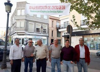 Miembros de Izquierda Unida de Montijo tras colocar una pancarta el 7 de abril