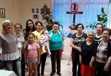 La Asociación de inmigrantes Vegas Bajas visita el Cruz de Mayo de la Asociación de Viudas de Montijo