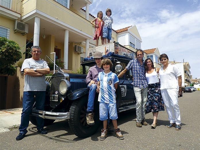 La familia Zapp posa en Montijo juto a los Estévez-Calero