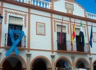 Lazo azul en el Ayuntamiento de Montijo por el Día Mundial de Fibromialgia