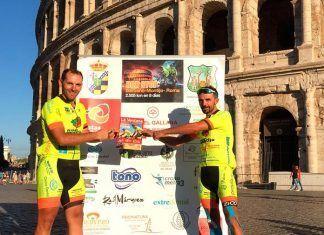 Barbaño-Montijo a Roma en bicicleta: Luis Ignacio Barril Iglesias y David Pascual Piñero frente al Coliseo de Roma, tras finalizar el reto Barbaño-Montijo Non Stop, con un ejemplar de La Ventana
