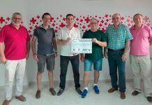 Miembros de la Junta Directiva del Grupo Senderista Vegas Bajas hacen entregada a la Junta Local de la Cruz Roja de Montijo de la recaudación de la ruta nocturna Las Luciernagas