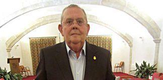 Manuel García Cienfuegos con el Premio Especial de los XLVI Coloquios Históricos de Extremadura celebrados en Trujillo