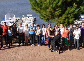 Algunos de los participantes en la excursión de la Asociación de Inmigrantes en el puerto deportivo de Alqueva en Villareal de Olivenza