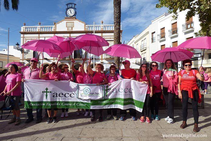 Cabecera de la IV Marcha Senderista Vegas Bajas a su llegada a la Plaza de España de Montijo
