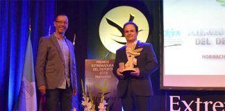 El alcalde y el concejal de Deportes del Ayuntamiento de montijo recogen el premio a la Mejor Entidad Local Deportiva