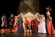 """Escena de """"El burgués gentilhombre"""" de Teatro de Papel"""