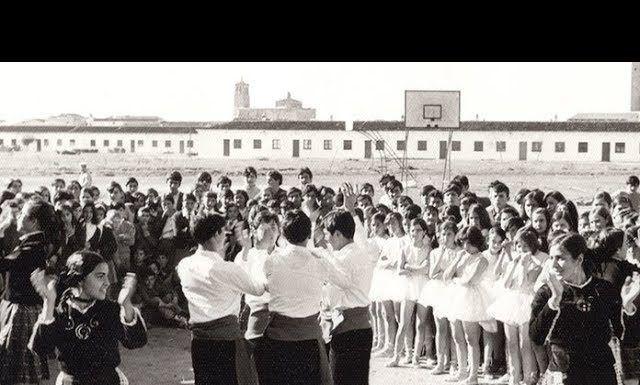 Actividades en el patio del Instituto Vegas Bajas de Montijo durante la festividad de Santo Tomás de Aquino en el año 1970 (foto: José Cutanda)