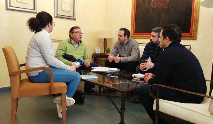 El alcalde de Montijo, Manuel Gómez, y el concejal de Urbanismo de Puebla de la Calzada, Jairo Naranjo, con el director del área de Fomento de la Diputación de Badajoz, José María Ramírez