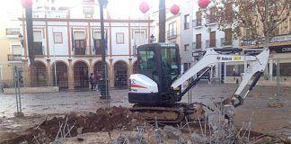 Restos de la fuente de la Plaza de España de Montijo tras ser demolida