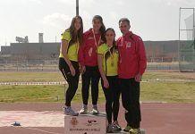 Alba Becerra en el podium, junto a su entrenador del Club Atletismo Montijo, Antonio Fuentes