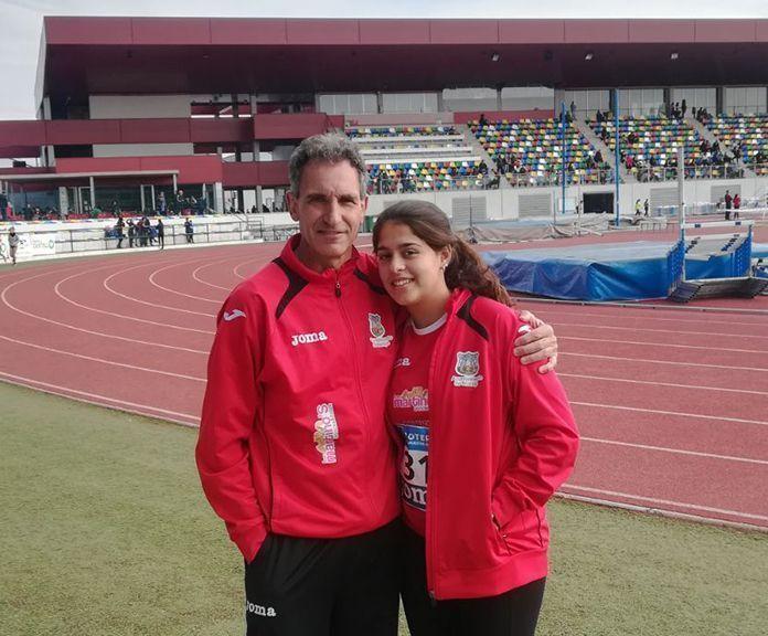 La atleta poblanchina Alba Becerra junto a su entrenador del Club Atletismo Montijo, Antonio Fuentes