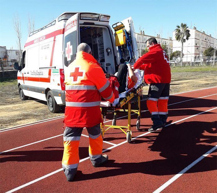 Voluntarios de Cruz Roja Montijo trasladan al Centro de Salud a un participante del Campeonato de Extremadura de Lanzamientos (foto Cruz Roja Montijo)