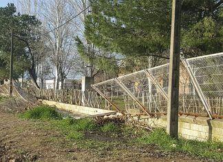 Desperfectos causados por el viento en la valla de la Piscina Municipal de Montijo