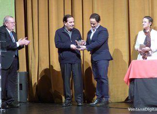 El escritor valenciano Pedro Jesús Cañada Hernández recibe el premio del XX Certamen de relatos cortos Rafael González de manos del alcalde de Montijo, Manuel Gómez