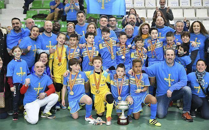 La selección de Asturias celebra su victoria en el Campeonato de España Benjamín de Fútbol Sala de Montijo