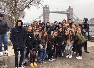 Aumnos de 4º ESO de Valdelacalzada, Guadiana y Pueblonuevo del IES María Josefa Baraínca realizaron un viaje cultural a Londres