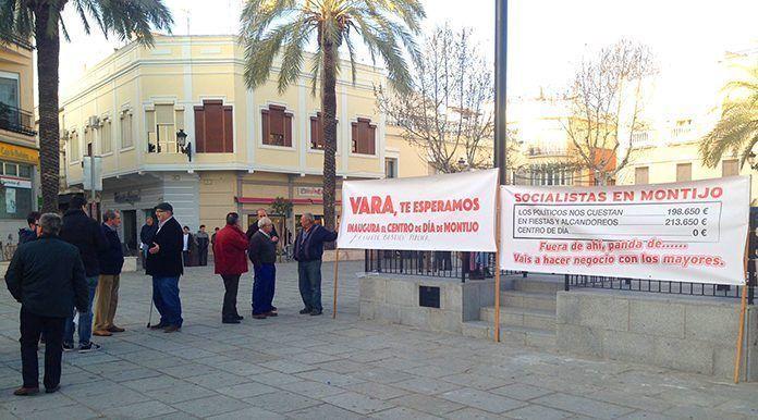 Pancartas por la apertura del Centro de Día en la Plaza de España de Montijo