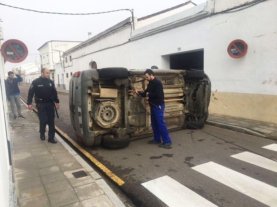 La grúa intentando dar la vuelta al vehículo accidentado.