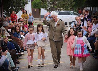 Desfile de moda en el Centro de Día de Puebla de la Calzada, con alumnos de los colegios Ntra. Sra. del Carmen y Calzada Romana