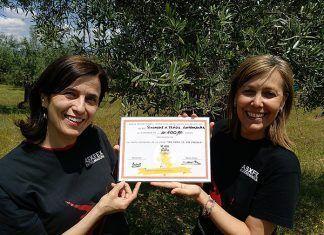 Marta Prieto entrega la donación de 600 euros a la presidenta de la asociación X Fragil de Extremadura
