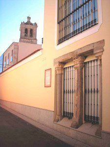 Restos-de-la-casa-granero-de-los-Condes-de-Montijo-con-la-iglesia-de-San-Pedro-al-fondo