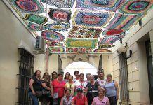Exposición de parasoles con materiales reciclados en el patio de la Casa del Navegante