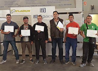 Usuarios de la Asociación Camino a la Vida que han realizado el curso, junto con Julián Cruz, el director del centro (de izquierda a derecha: Roberto, David, Prudencio, Julián Cruz, Andrés y Juan José)