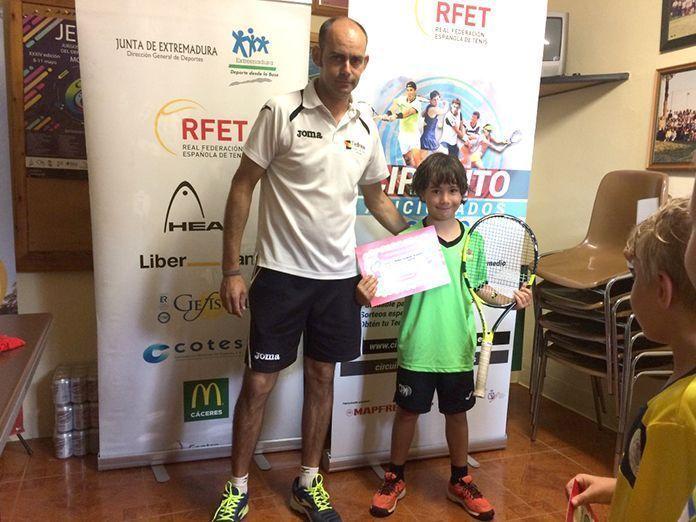 Anselmo Guerrero, ganador sub 8 en el Circuito Aficionado celebrado en el Club de Tenis Montijo