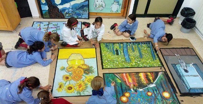 Alumnas del colegio de Attendis Puertapalma en Badajoz durante las clases extraescolares de Pintura con la profesora Rosa María Morán