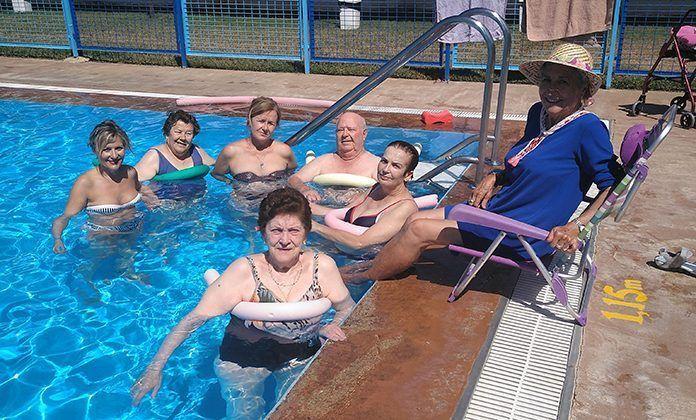 Los usuarios del Centro de Día de Lobón disfrutan de la piscina