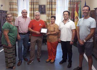El Club Grupo Senderista Vegas Bajas hace entrega a la Asociación de Fibromialgia de Montijo de la recaudación de la V marcha nocturna Las Luciernagas en el Ayuntamiento de Montijo,