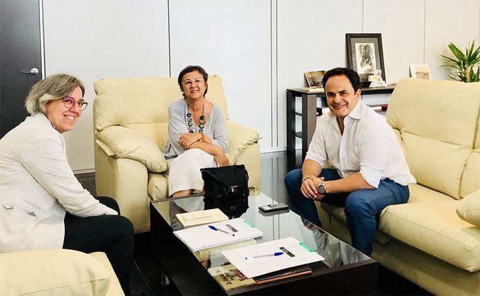 El alcalde de Montijo, Manuel Gómez y la concejala de Cultura, Educación y Mujer, María Jesús Rodríguez, con la Consejera de Cultura e Igualdad de la Junta de Extremadura, Leire Iglesias Santiago