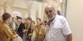 El artista Alberto Pirrongelli ante uno de los murales que está realizando del Teatro Nuevo Calderón de Montijo