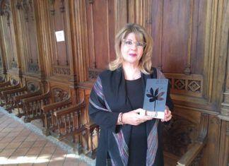 Francisca Quintana con el Premio de Poesía Rosa del Azafrán