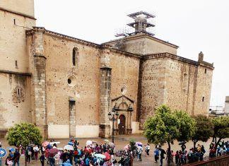 Más de 400 alumnos de Montijo, Valdelacalzada, Lobón, Barbaño y La Garrovilla han llenado esta mañana el Teatro Nuevo Calderón con la obra de teatro Planeta Agua de Panduro Producciones
