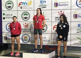 María Ángeles Sánchez (izquierda) en el pódium de la prueba 100m Estilos