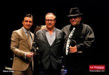 Juan María Delfa –alcalde de Puebla de la Calzada–, Valentín Germán –presidente de la junta local de la AECC– y el músico Pedro Monty.