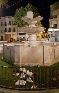 Desperfectos en la fuente de la Plaza de España de Montijo tras la celebración de la victoria en la liga del Real Madrid