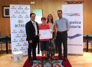 ACTECO y Fundación Seur hacen entrega de un talón de 7.639 euros al niño montijano Adrián G.S. para su tratamiento de Terapia con animales