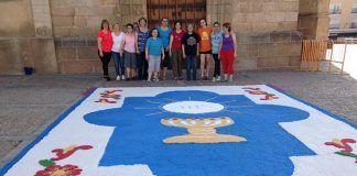 Alfombra de sal del Corpus en el atrio de la iglesia de San Pedro de Montijo