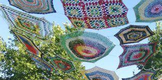 Alumnas del curso de crochet y trapillo de la Universidad Popular de Montijo han realizado parasoles de ganchillo
