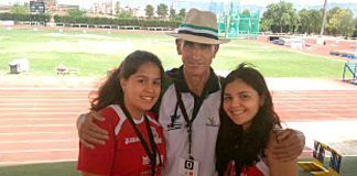 Alba Becerra Reyes y Sonia Muñoz con su entrenador, Antonio Fuentes
