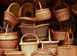 Mercado Artesanal de Montijo: Puesto de artesanía con mimbre