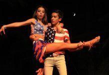 Dos bailarines de Al Compás en el espectáculo Tempus Joven (fotos: Teodoro Gracia)