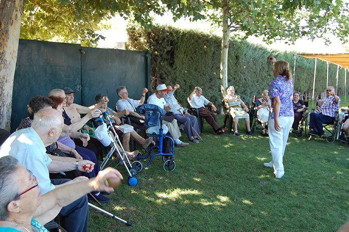 Visita semanal de los usuarios del Centro de Día de Lobón a la piscina municipal