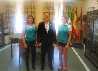 Manuel Gómez recibe a Celia y Elena Hidalgo